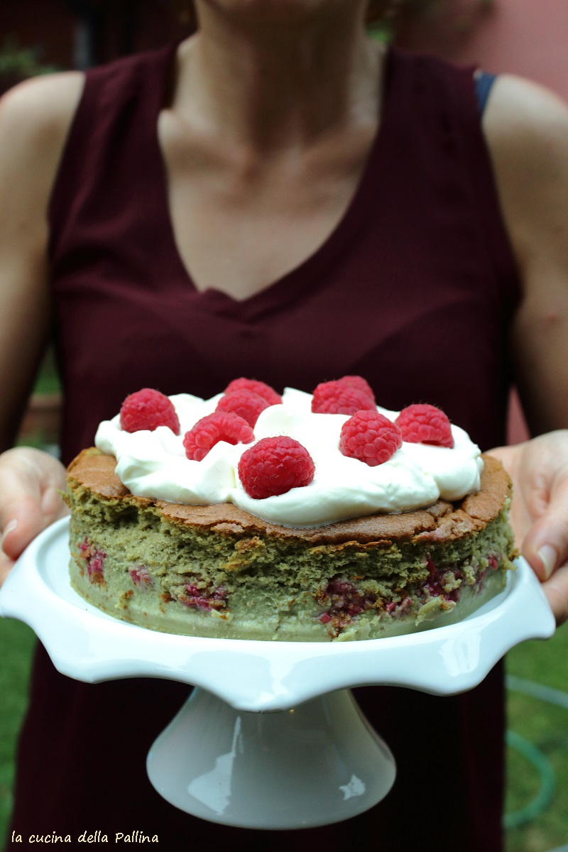 torta magica al tè matcha e lamponi freschi