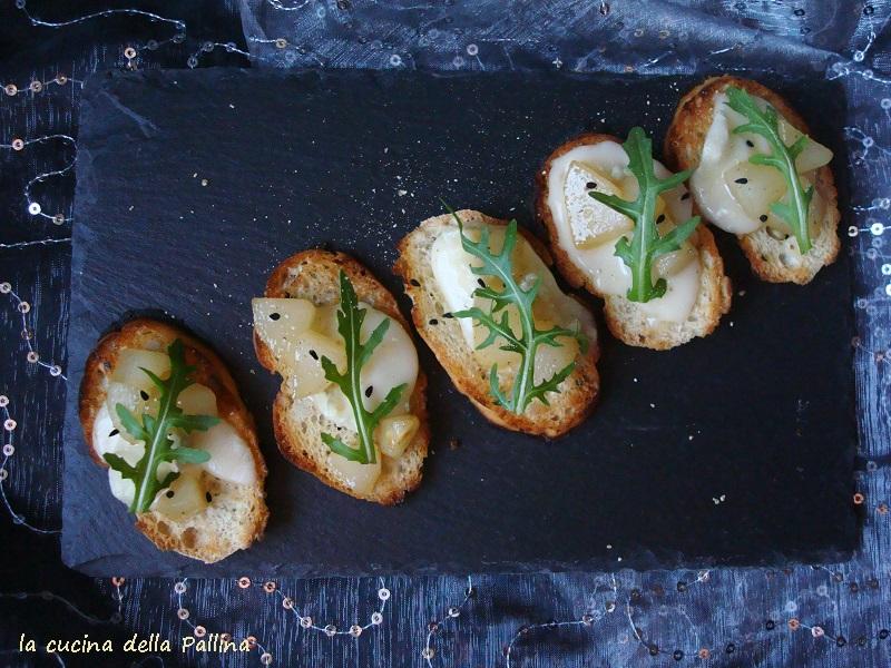 crostini con gorgonzola e dadini di pera abate