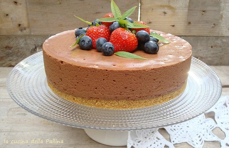 Torta di mousse al cioccolato fondente e frutti di bosco