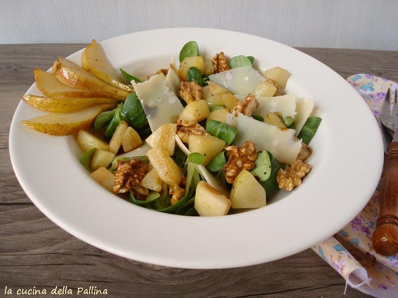 Insalata con valeriana, noci, parmigiano e pere