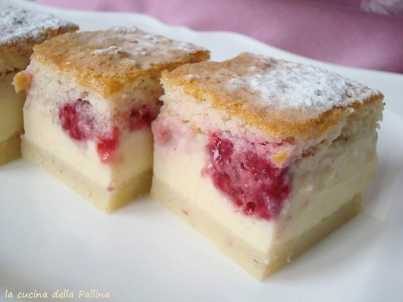 Torta magica alla vaniglia con lamponi freschi
