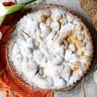 Crostata chiusa con cuore di mele e pinoli