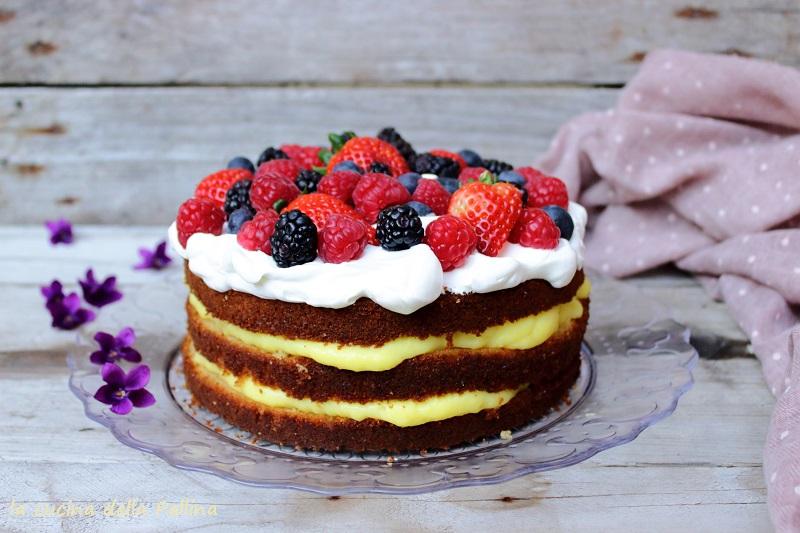 Torta alla crema pasticcera con panna e frutti di bosco