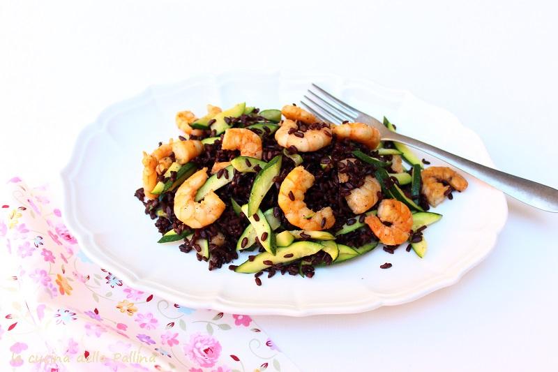 insalata di riso venere con code di gamberi e zucchine