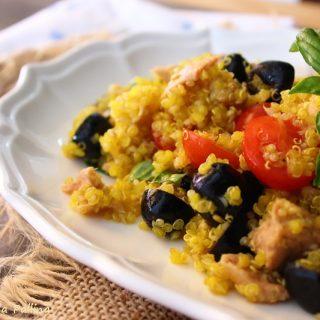 Quinoa allo zafferano con tonno pomodorini e olive
