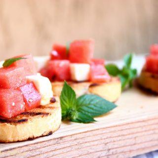 bruschetta con feta e anguria marinata
