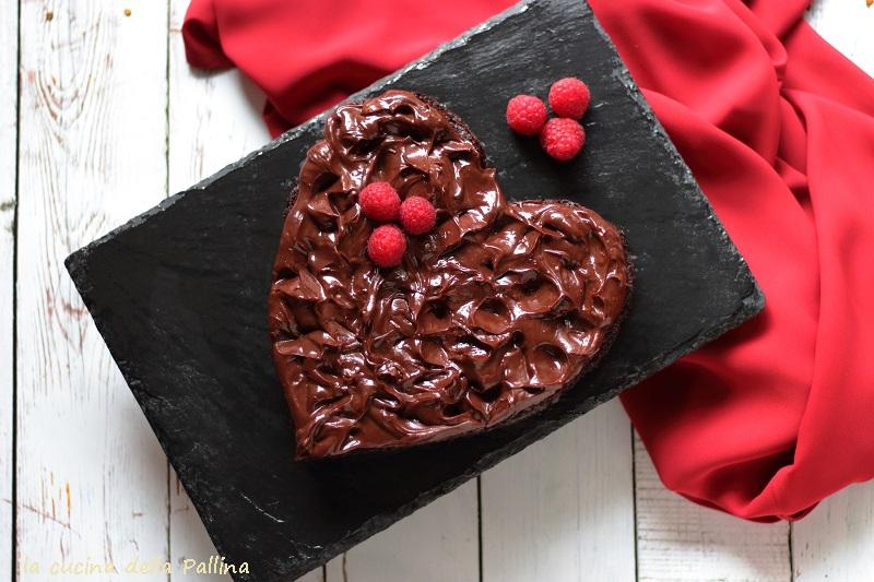 Torta a cuore di brownie e ganache
