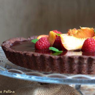 Crostata al cioccolato con pesche e lamponi