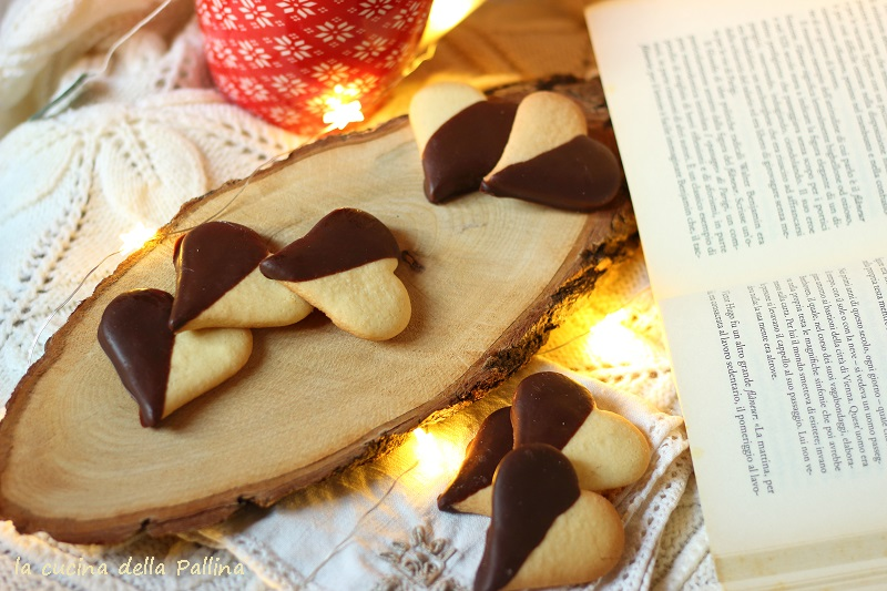 Biscotti a forma di cuore ricoperti di cioccolato fondente
